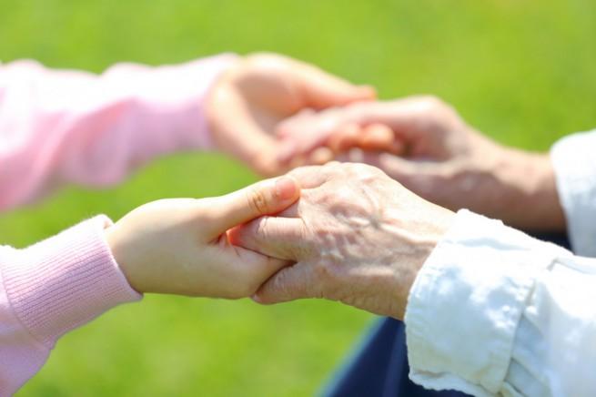 手をつなぐ介護職と利用者